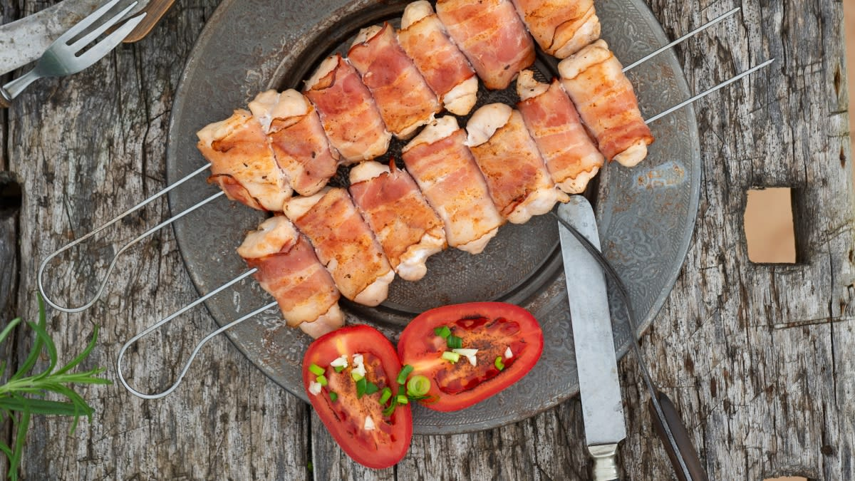 Vištienos šašlykas su kiaulienos šonine, ananasų ir sojų padažu