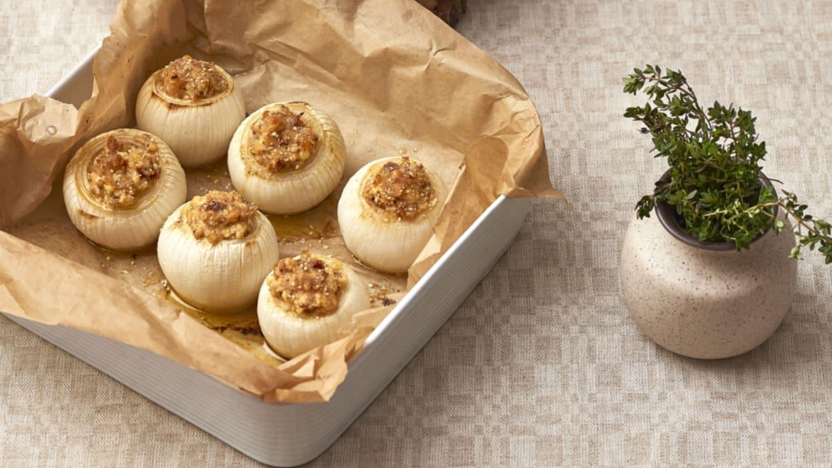 Varškės sūriu įdaryti kepti svogūnai