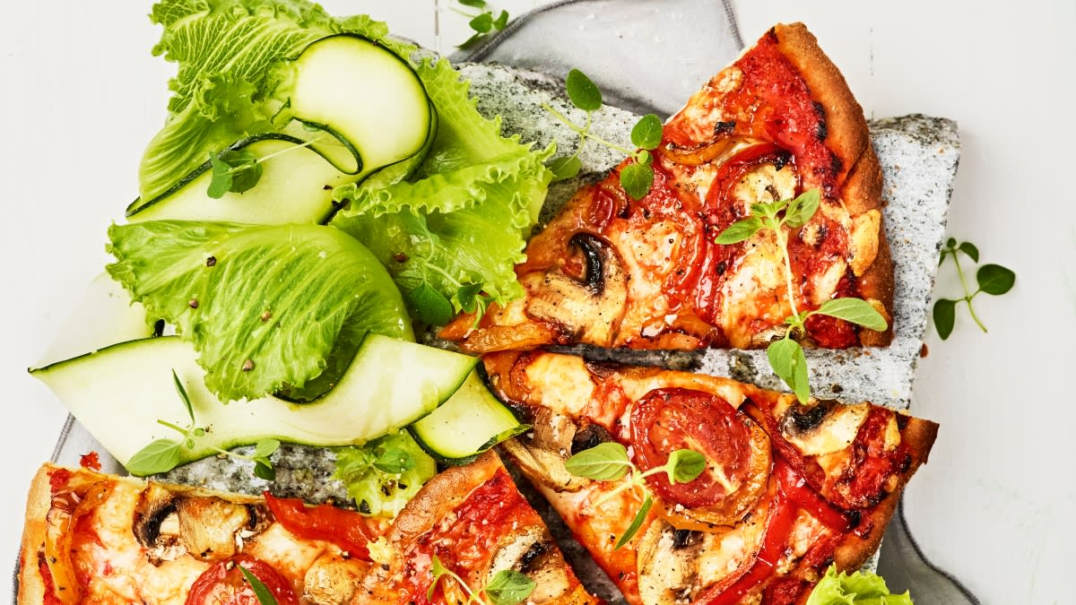 Pica su kepta paprika, pievagrybiais ir pomidorais