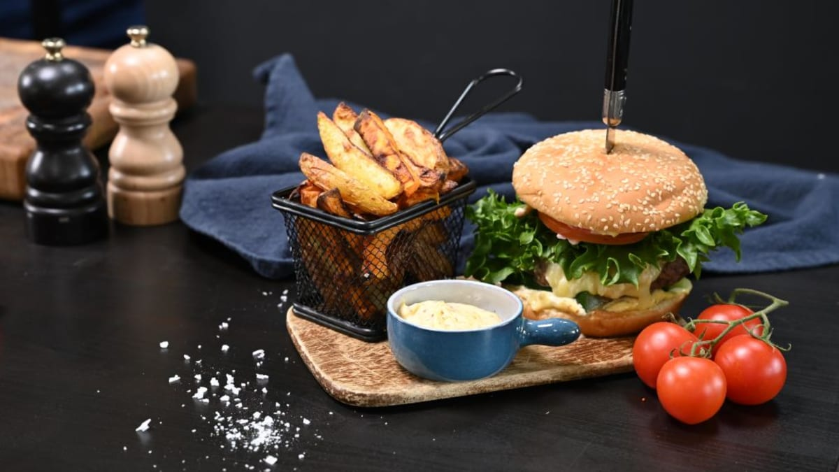 Veiseliha grillburger ja friikartulid