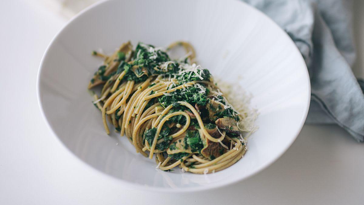 Pilngraudu spageti ar sēņu un spinātu krēmu