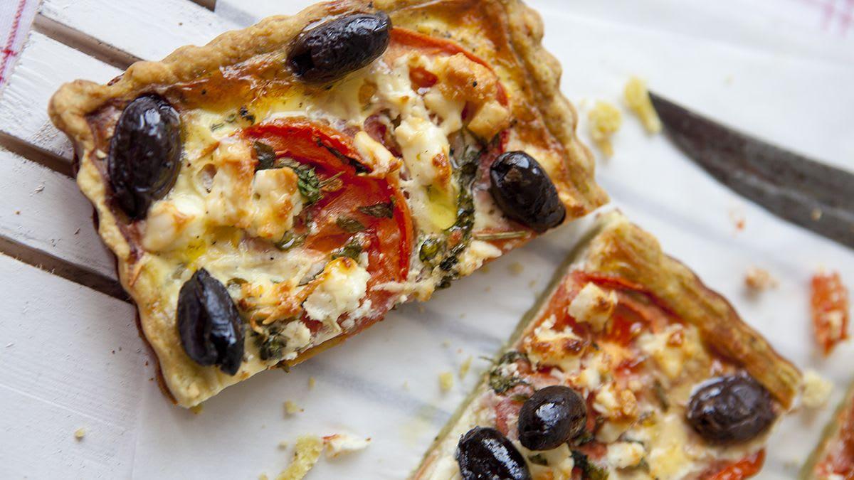 Bazilika pīrāgs ar fetas sieru un olīvām
