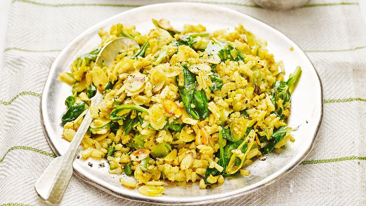 Cepti ziedkāpostu rīsi ar spinātiem, mandelēm un kariju