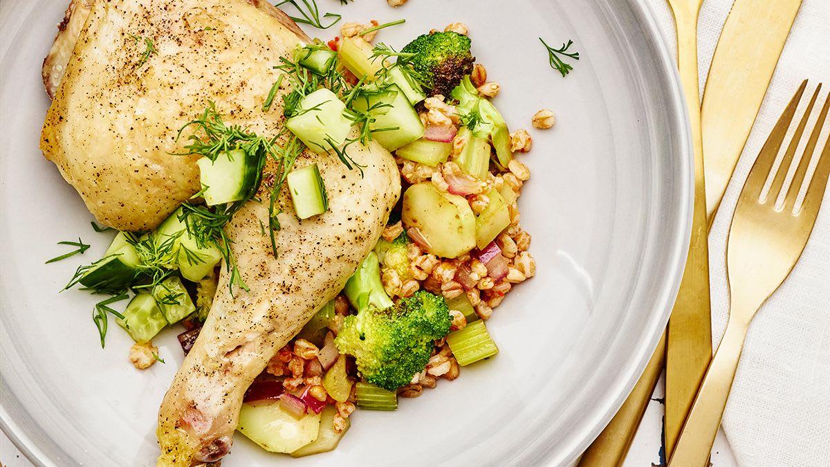 Kviešu grūbas ar dārzeņiem, vistas kāju un gurķu salātiem