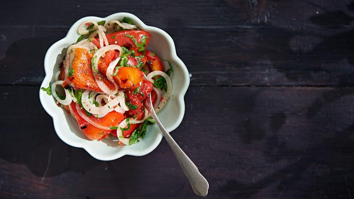 Griliuje keptų paprikų salotos