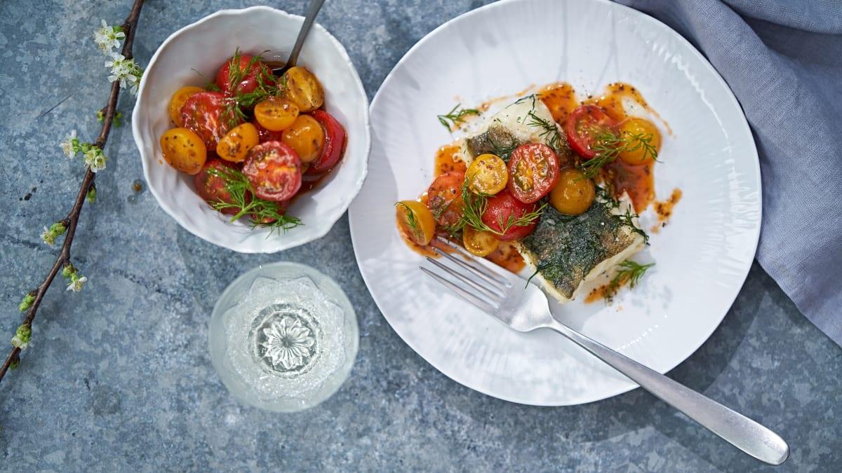 Folijoje kepta menkė su pomidorų salotomis