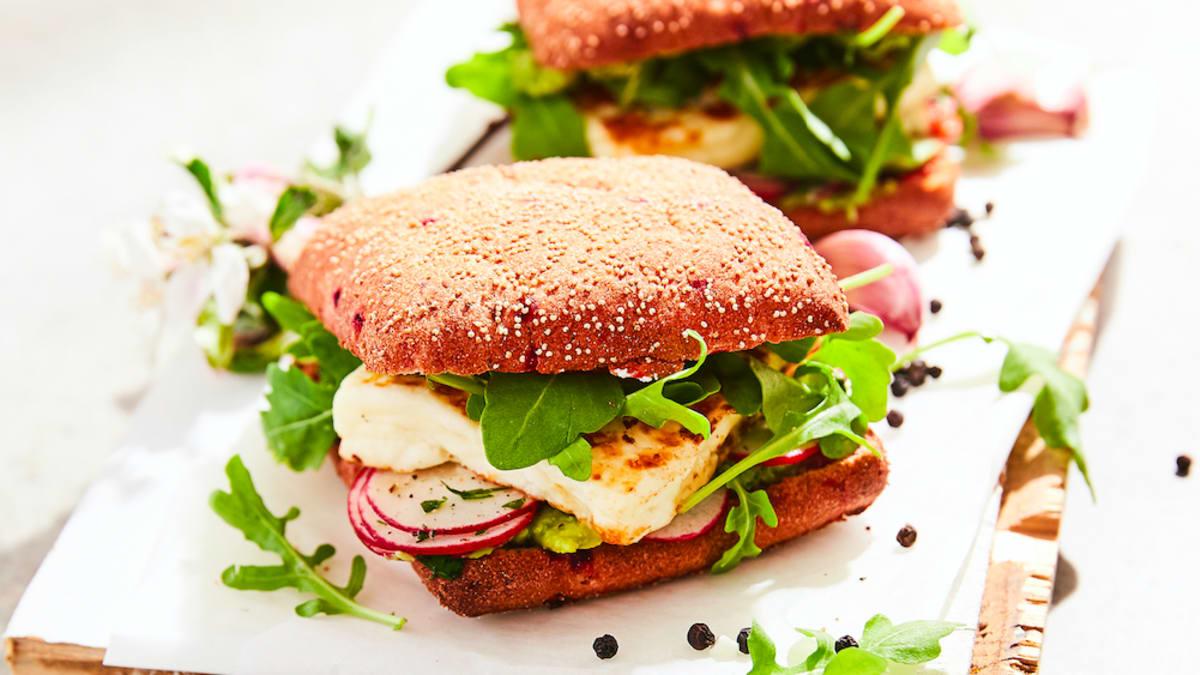 Grilēta halumi un dārzeņu burgers