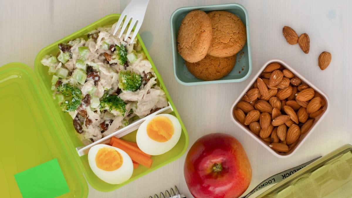 Dėžutė su vištienos ir razinų salotomis