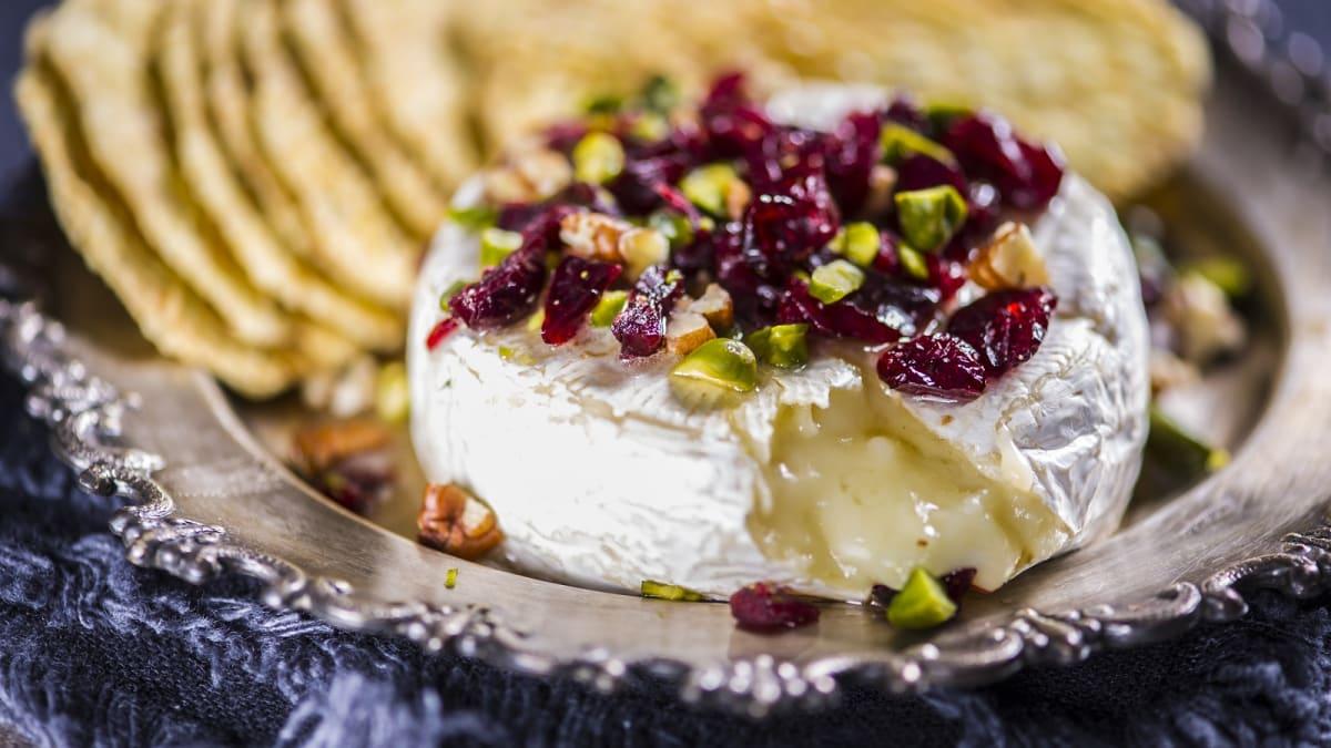 Küpsetatud Brie juust pähklite ja kuivatatud jõhvikatega