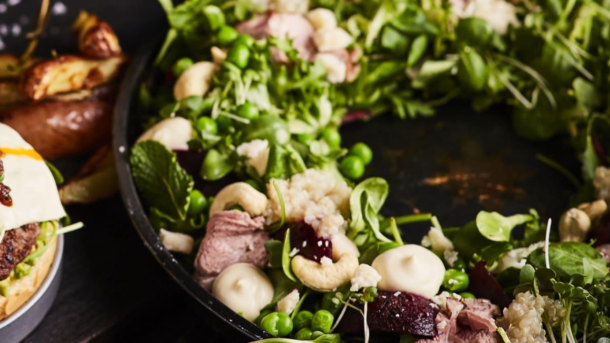 Jaukto lapu salāti ar krāsnī ceptu jēra gaļu