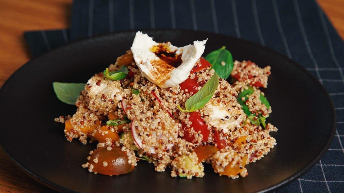 Kvinojas salāti ar mozzarella sieru