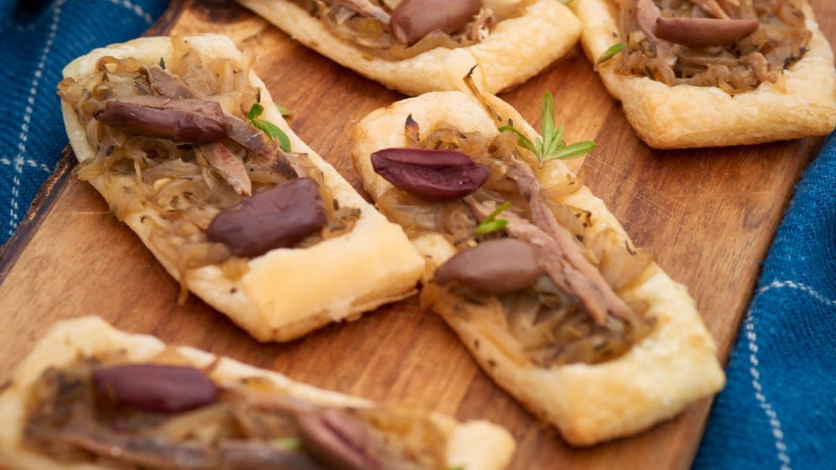 Prancūziškas užkandis PISSALADIERE su karamelizuotais svogūnais ir ančiuviais