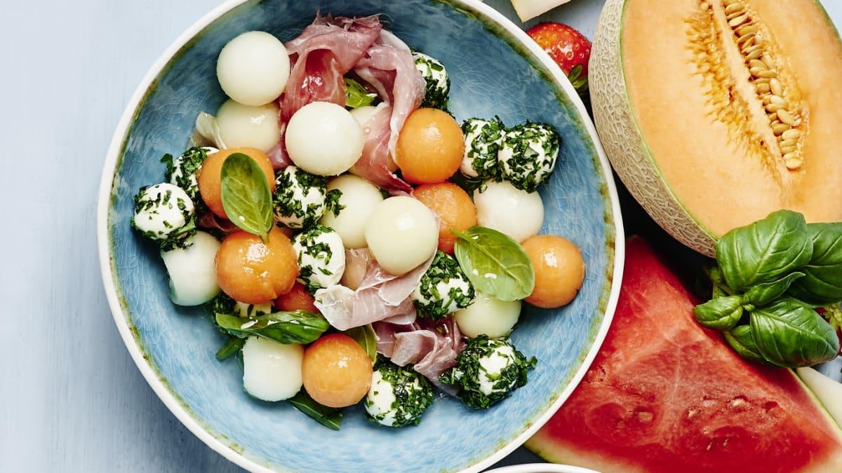 Meloņu un mocarellas bumbiņu salāti