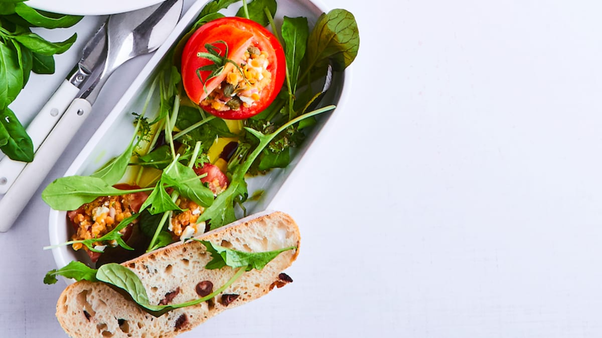 Pildīti tomāti ar lēcu siera salātiem