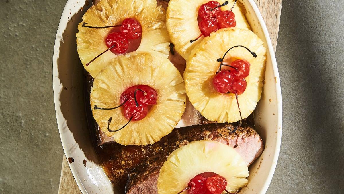 Dūmota cūkas krūtiņa ar ananasiem un ķiršiem