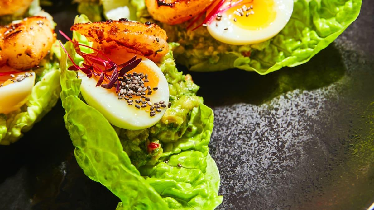 Salātu karotīte ar avokado salsu un tīģergarnelēm