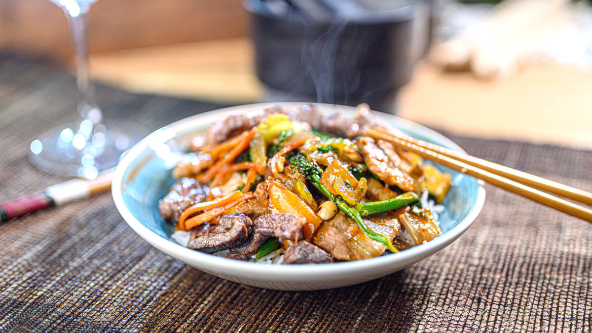 Cūkgaļas woks ar rīsiem un riekstu mērci