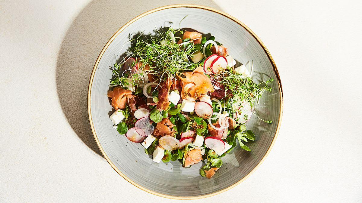 Pavasara salāti ar redīsiem un foreli