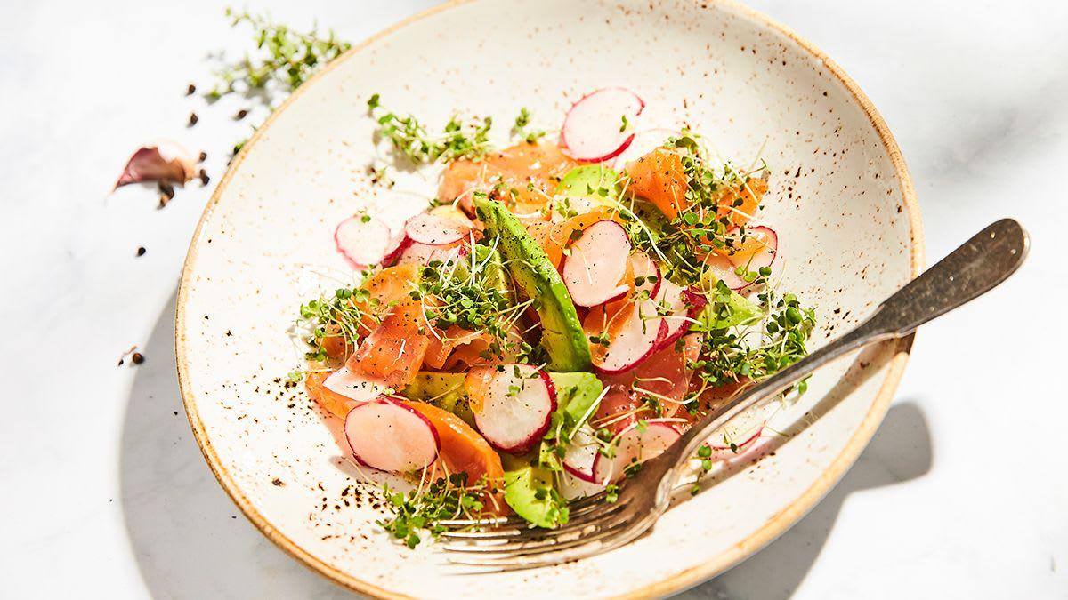 Kūpināta laša un avokado salāti