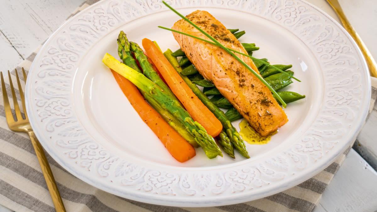 Lašišos su žolelių sviestu ir pavasarinėmis daržovėmis