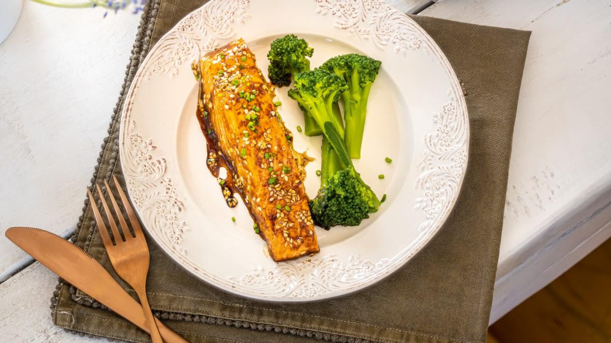Lašišų filė medaus ir sojų glaiste su brokoliais