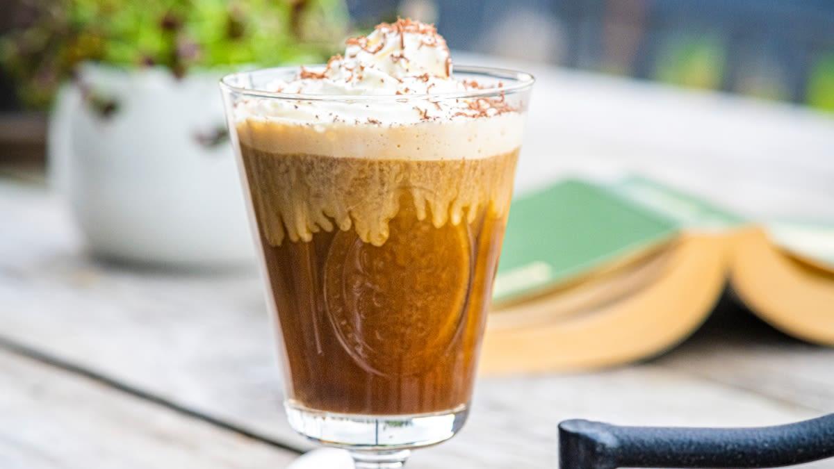 Kokosinė šalta kava su plakta grietinėle ir šokoladu