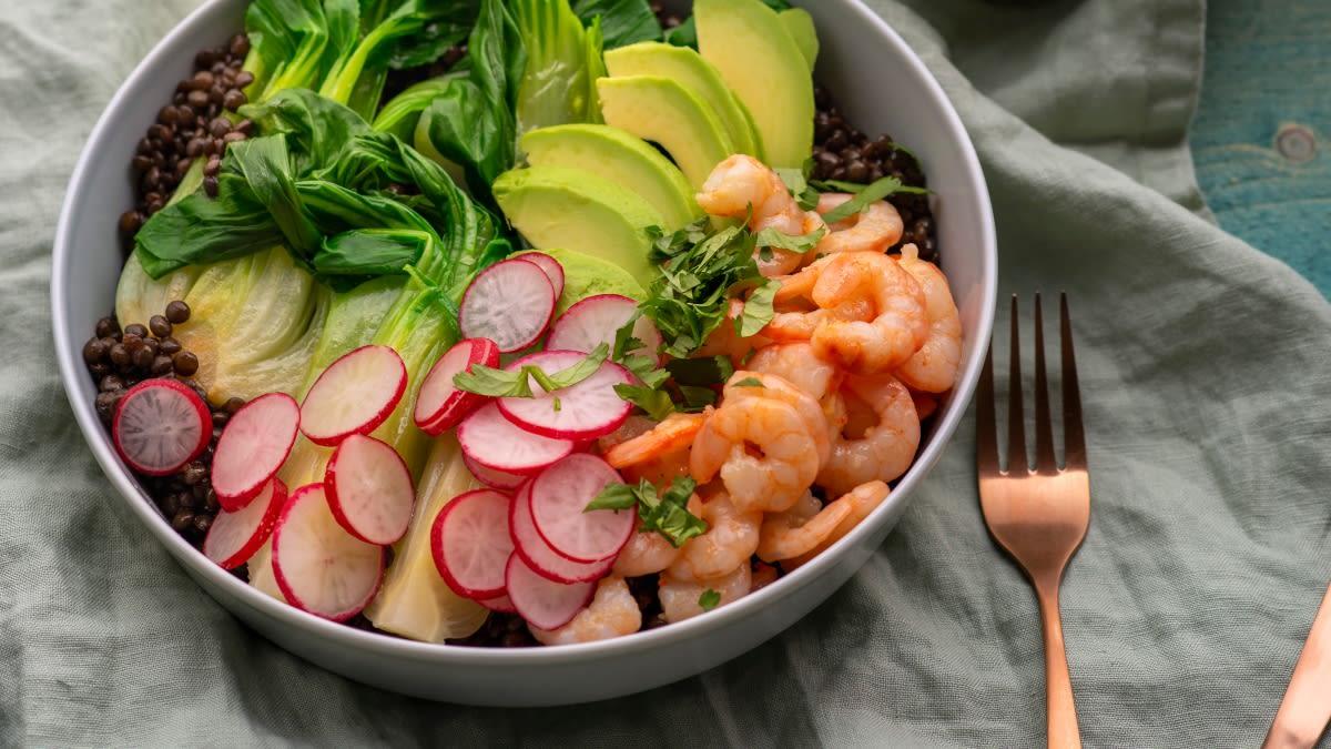 Kininių bastučių (ang. Pak Choi) salotos su krevetėmis ir lęšiais