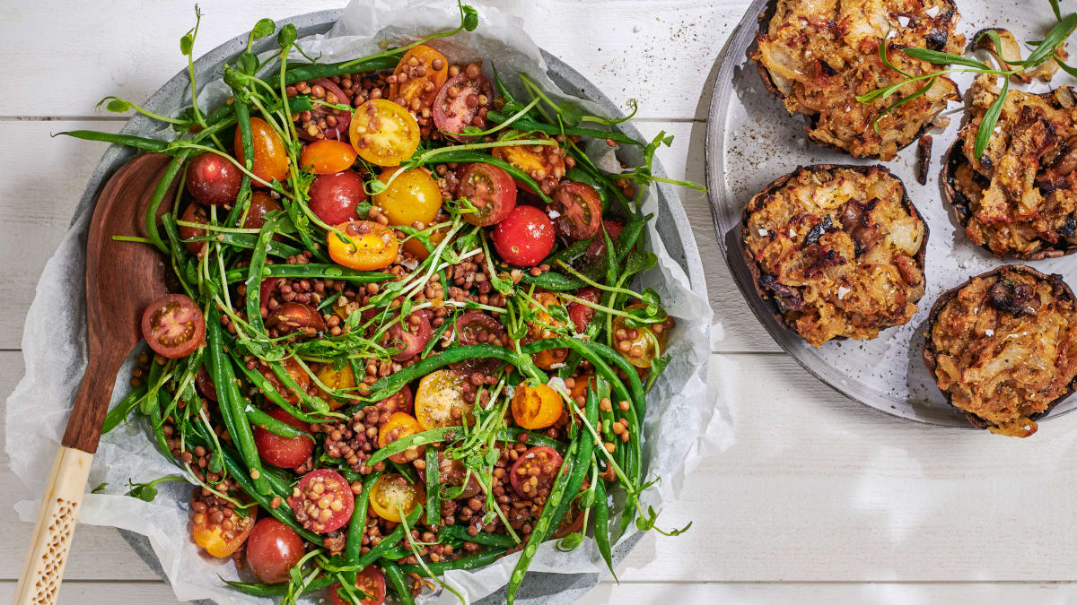 Sibula- ja estragonitäidisega portobello läätse- ja tomatisalatiga