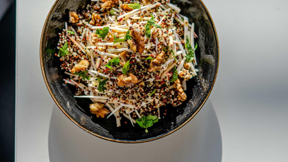 Kvinojas un ābolu salāti