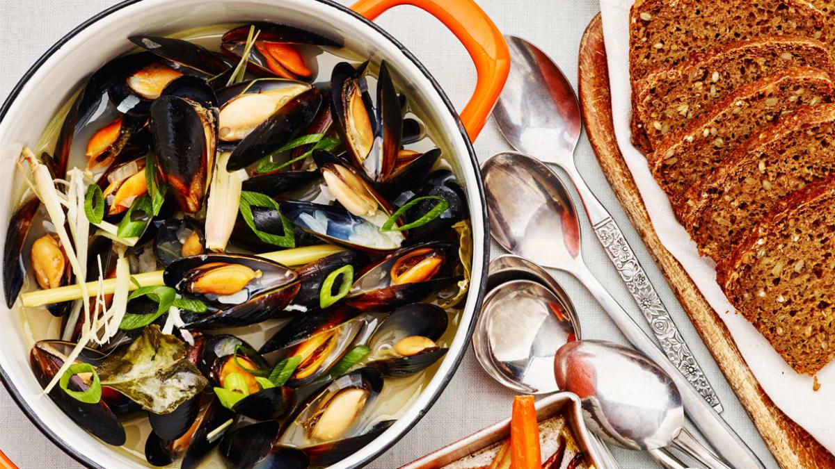 Midijų sriuba su citrinžole ir šakniavaisių lazdelėmis, skrudintomis su aitriąja paprika