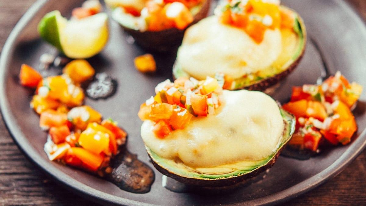 Krāsnī cepti avokado ar mozarella sieru un svaigo tomātu salsu