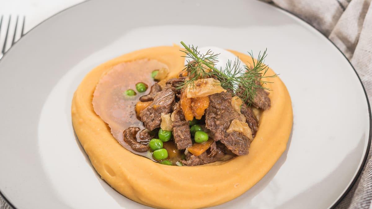 Augstspiediena katlā gatavots liellops ar šķelto zirņu biezeni