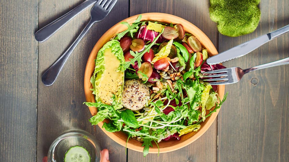 Lapu salāti ar balto kvinoju, vīnogām un kurkumas un jogurta mērci