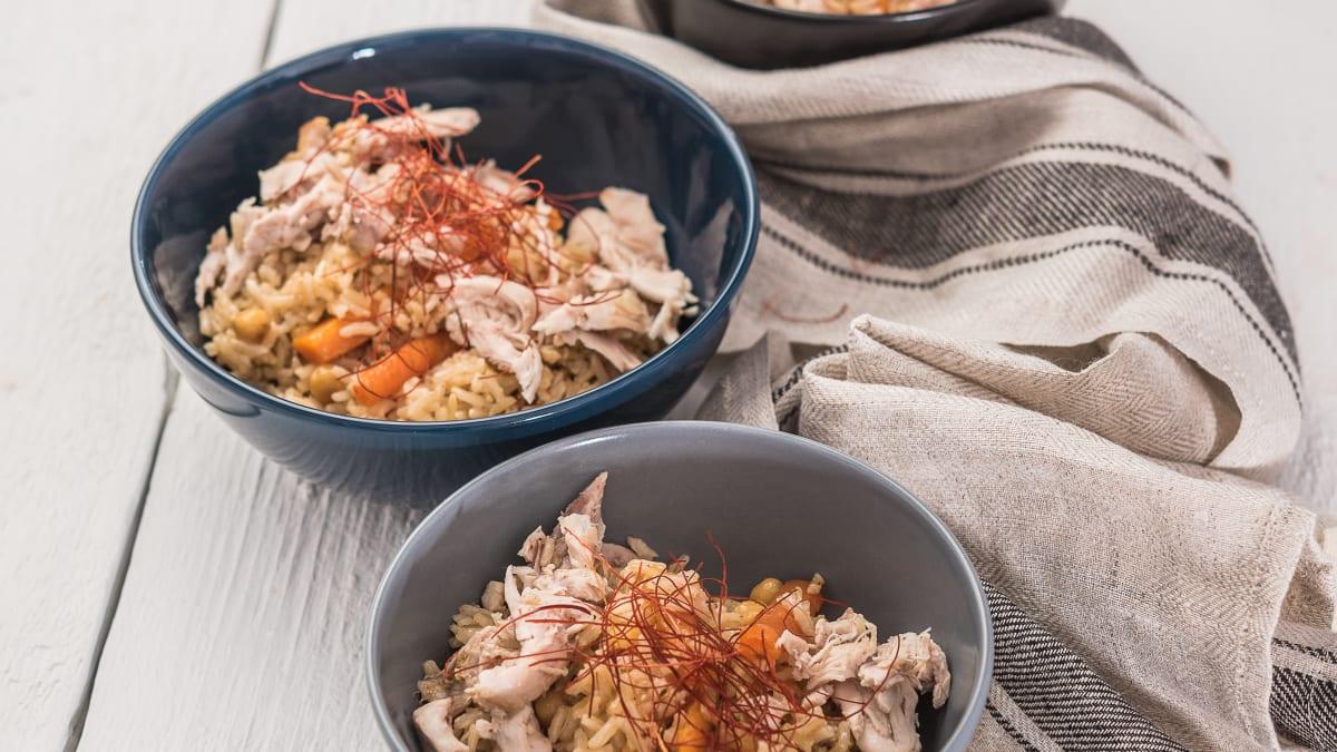 Vistas gaļas un brūno rīsu plovs gatavots cepeškrāsnī