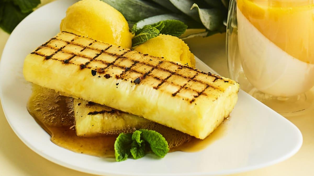 Grilēts ananass ar kļavu sīrupu