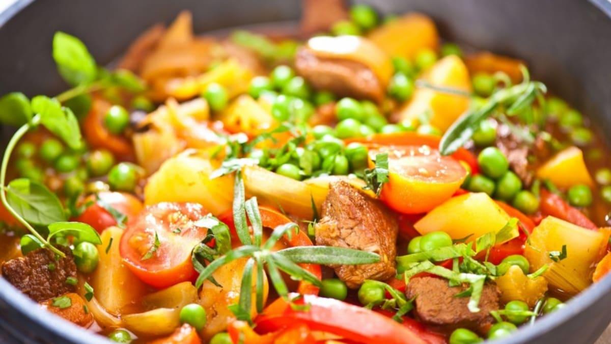 Sautēta teļa gaļa ar dārzeņiem un garšaugiem