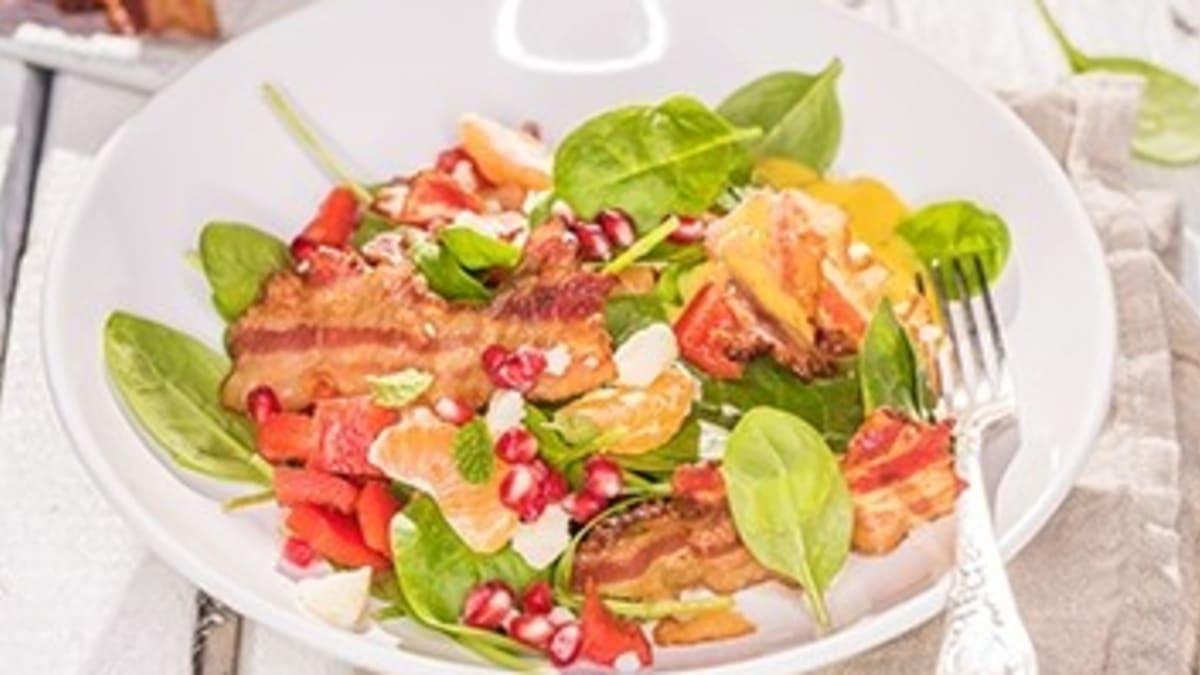 Spinātu salāti ar kraukšķīgo bekonu un mandarīniem