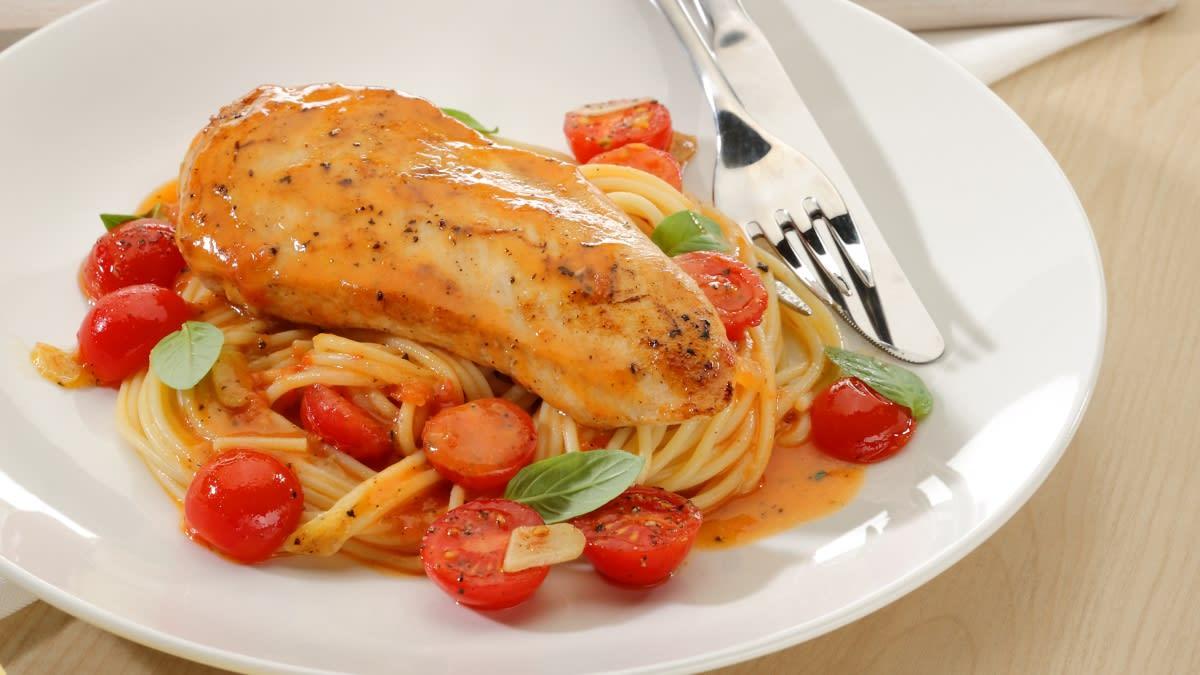 Vištienos krūtinėlė su makaronais ir česnakiniu sviesto bei pomidorų padažu