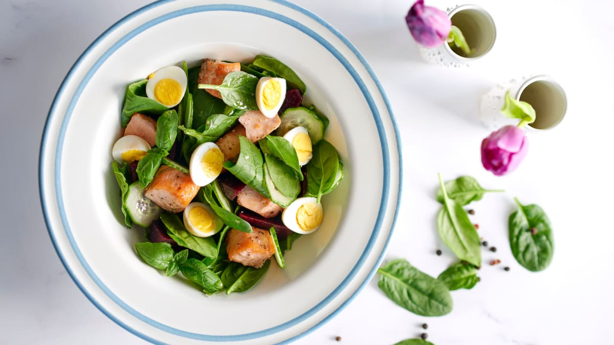 Špinatų salotos su lašiša ir putpelių kiaušiniais