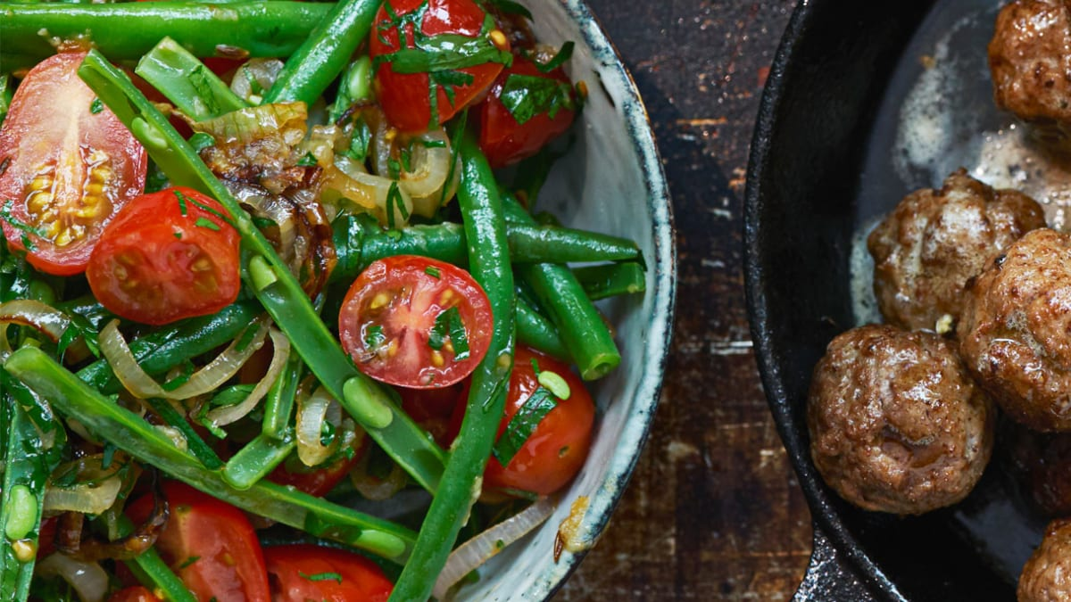Šiltos žaliųjų šparaginių pupelių salotos, pagardintos kmynais