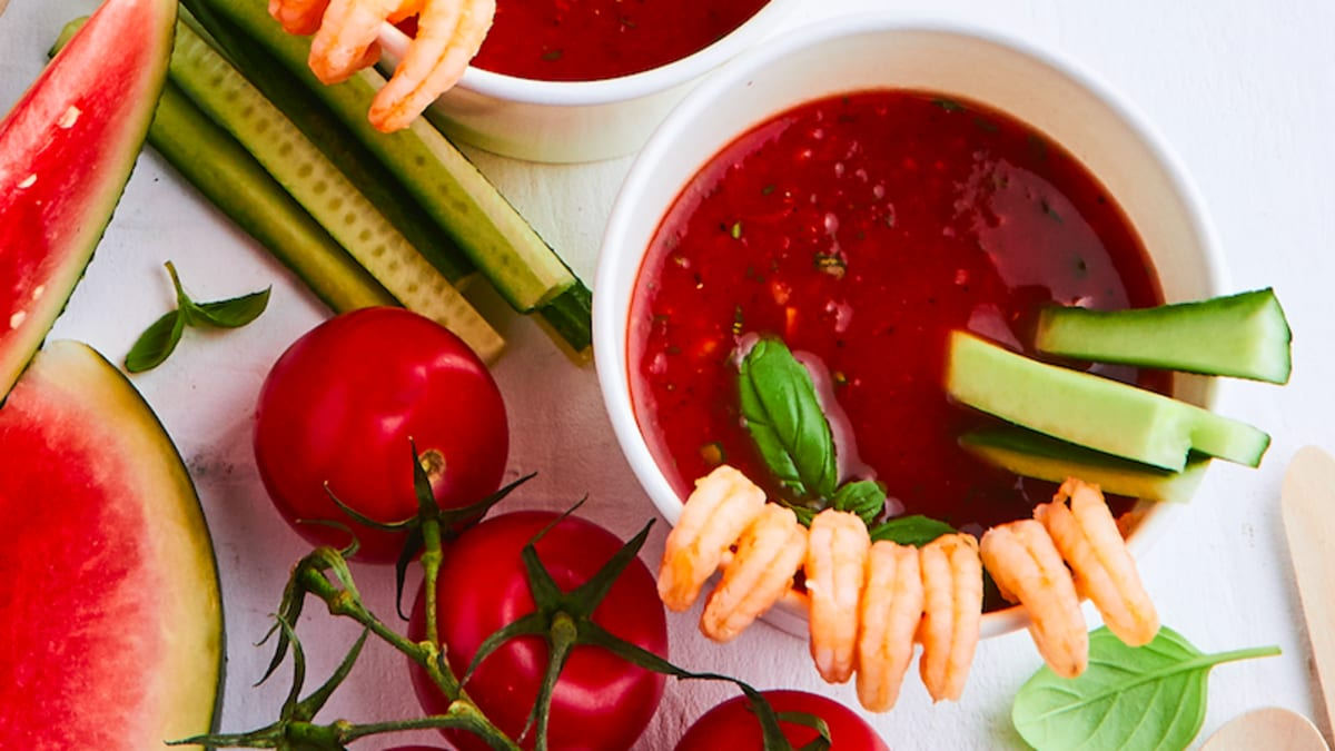 Arbūzu un tomātu gaspačo ar garnelēm