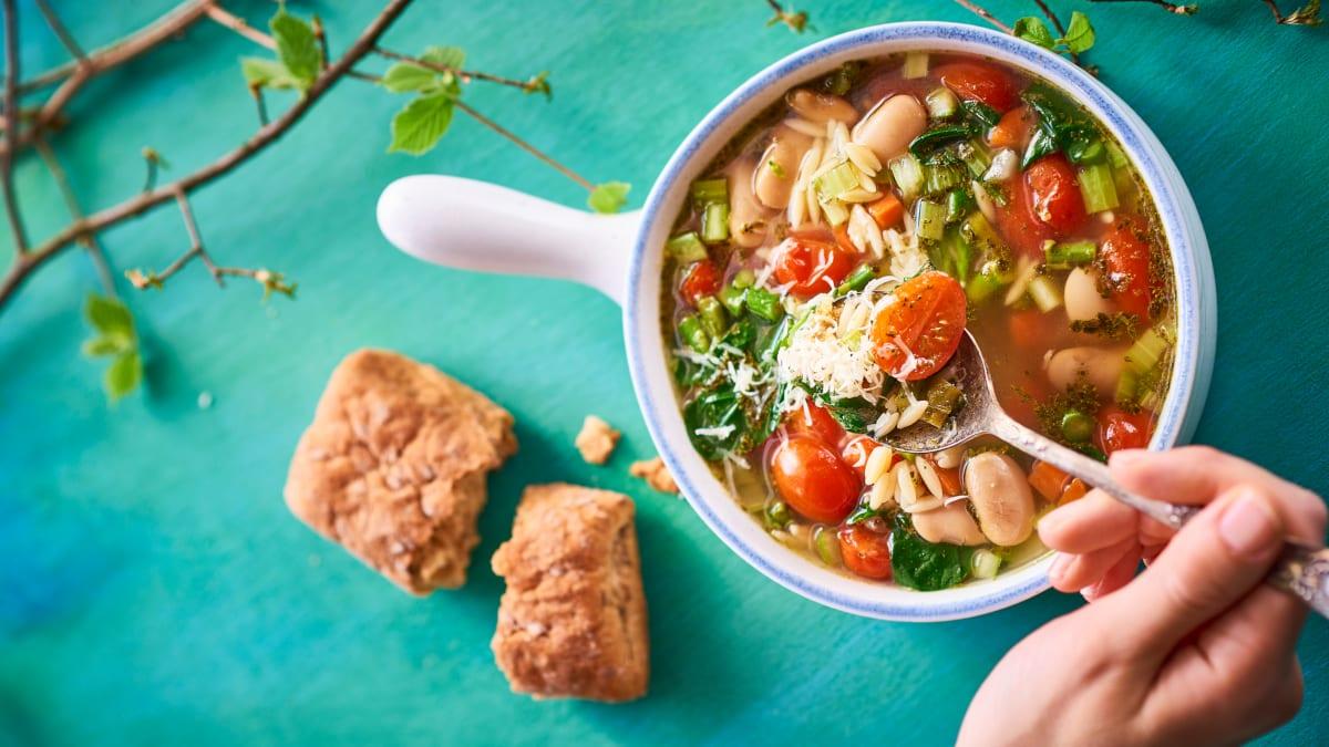 Pavasarinė Menestrone daržovių sriuba