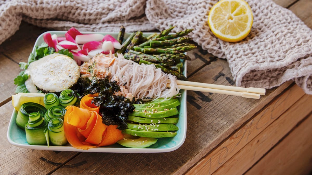 Grill-lõhe köögiviljade, pruuni riisi nuudlite ja tahiini-laimi kastmega