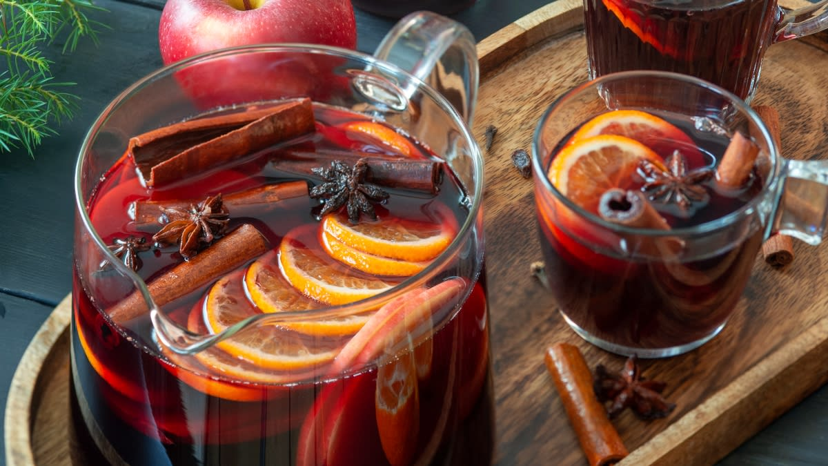Karšto vyno gėrimas su mandarinais ir obuoliais
