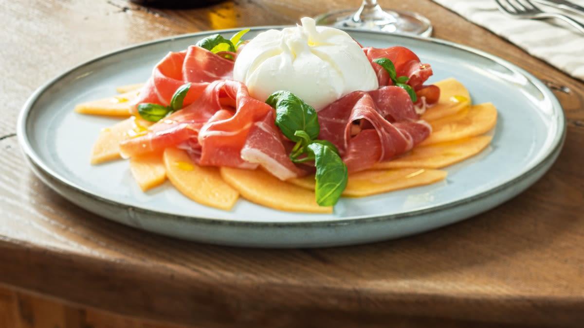 Sūrio BURRATA  DELIZIOSA, meliono CANTALOUPE ir vytinto kumpio užkandis