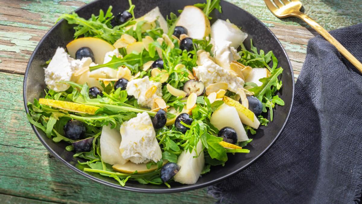 Varškės sūrio ir šilauogių salotos su gražgarstėmis