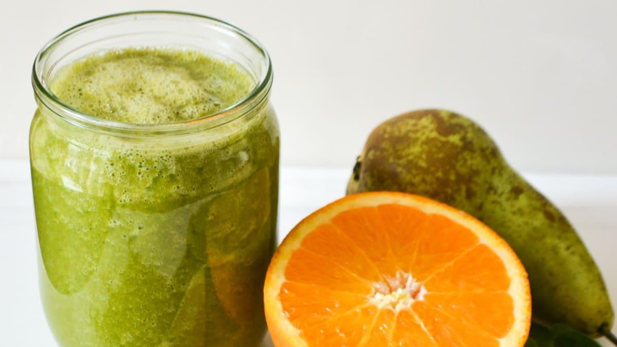 Lihtne roheline smuuti apelsini ja pirniga