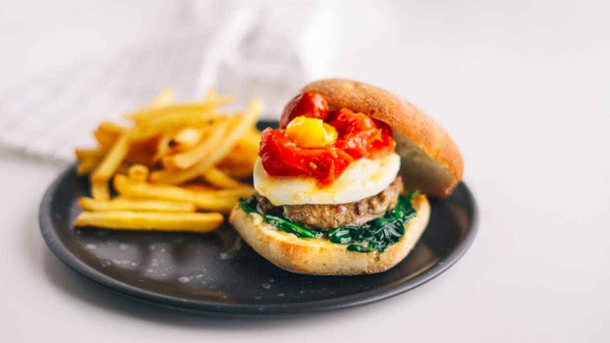 Burgeri ar mocarellu un krāsnī ceptiem tomātiem