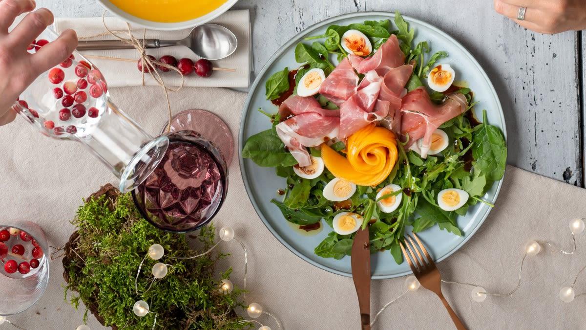 Salotos su putpelių kiaušiniais, vytintu kumpiu ir kavos užpilu
