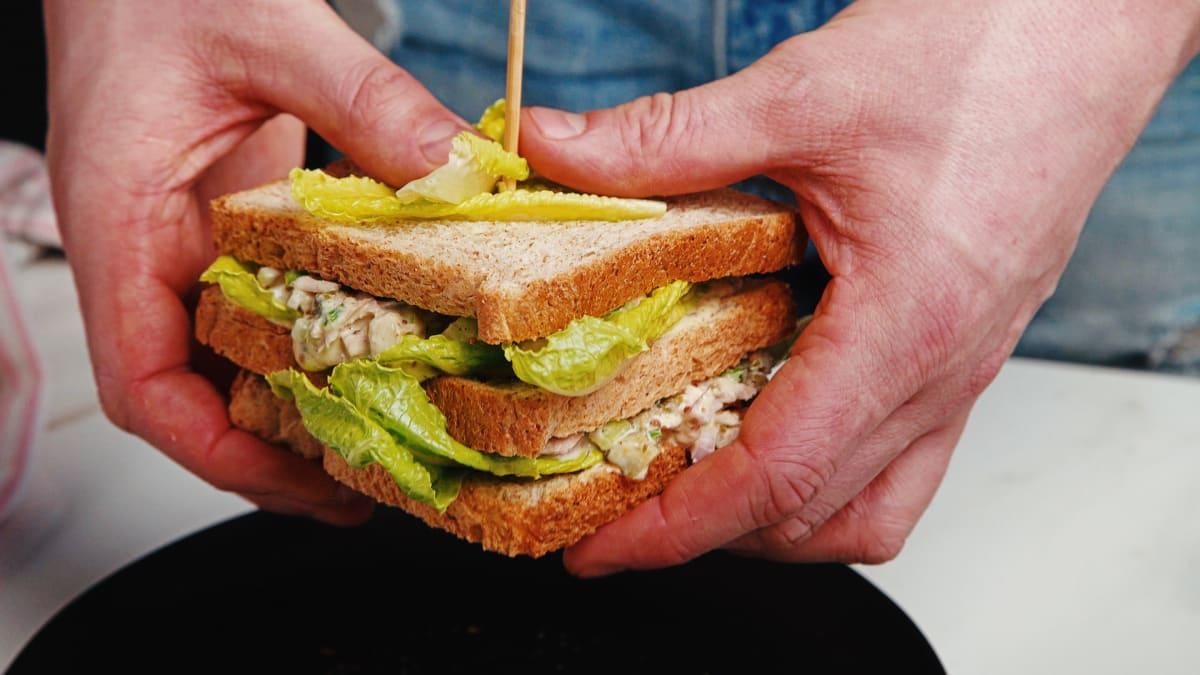 Tunča salātu sendvičs